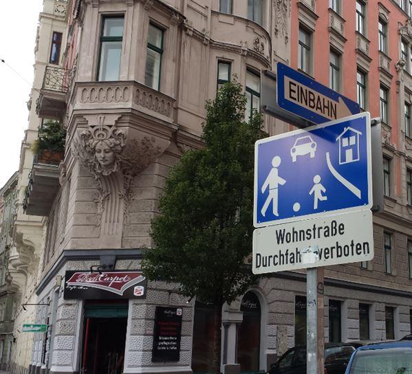 """Eggerthgasse2, 1060: Beidseitig der Straße sehr große Wohnstraßenschilder mit Zusatzschild """"Durchfahrt verboten"""""""